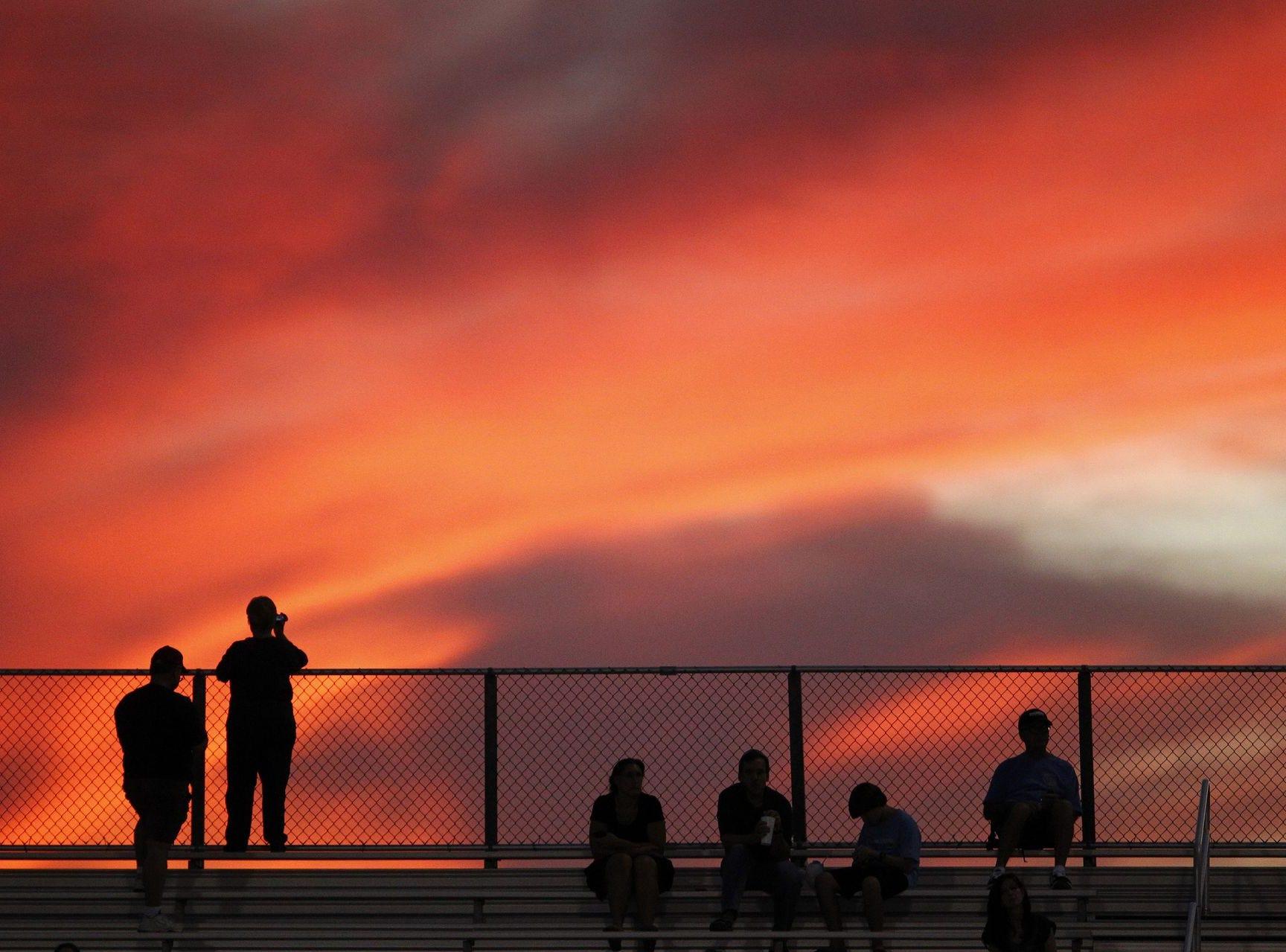 Los fanáticos del fútbol americano ven la puesta de sol mientras los equipos  Desert Vista y Hamilton se preparan para enfrentarse el viernes 5 de octubre de 2012 en Chandler.