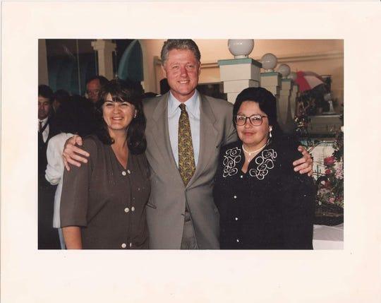 Gloria Torrez y Angie Morfin, quienes iniciaron Mothers Against Violence, posan con el presidente Bill Clinton.