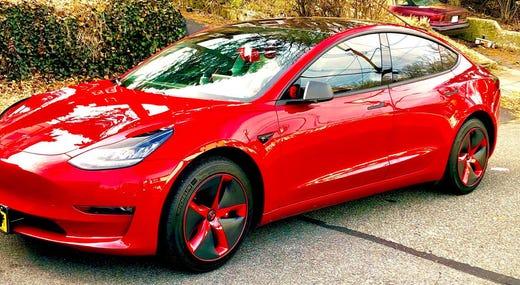 Một chiếc Tesla Model 3 khác đâm vào một chiếc xe tải, được cho là