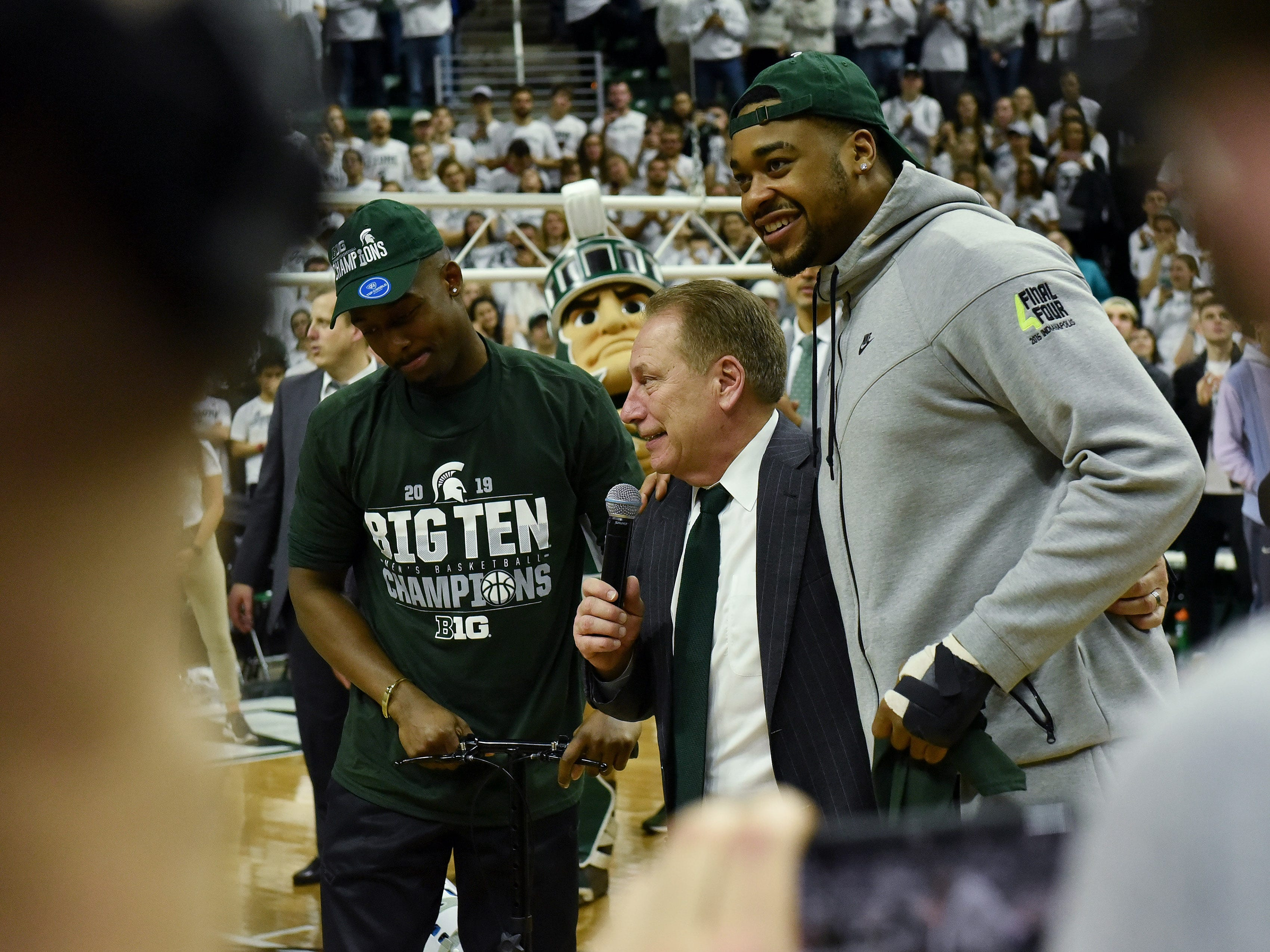 Michigan State head coach Tom Izzo with injured players Nick Ward, right, and Joshua Langford, left, after the game.
