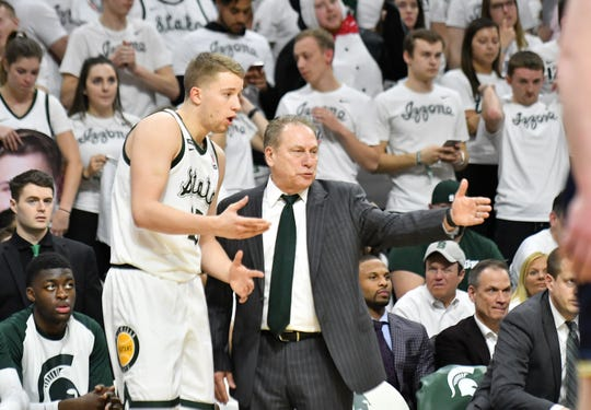 Michigan State head coach Tom Izzo talks with Thomas Kithier in the second half.