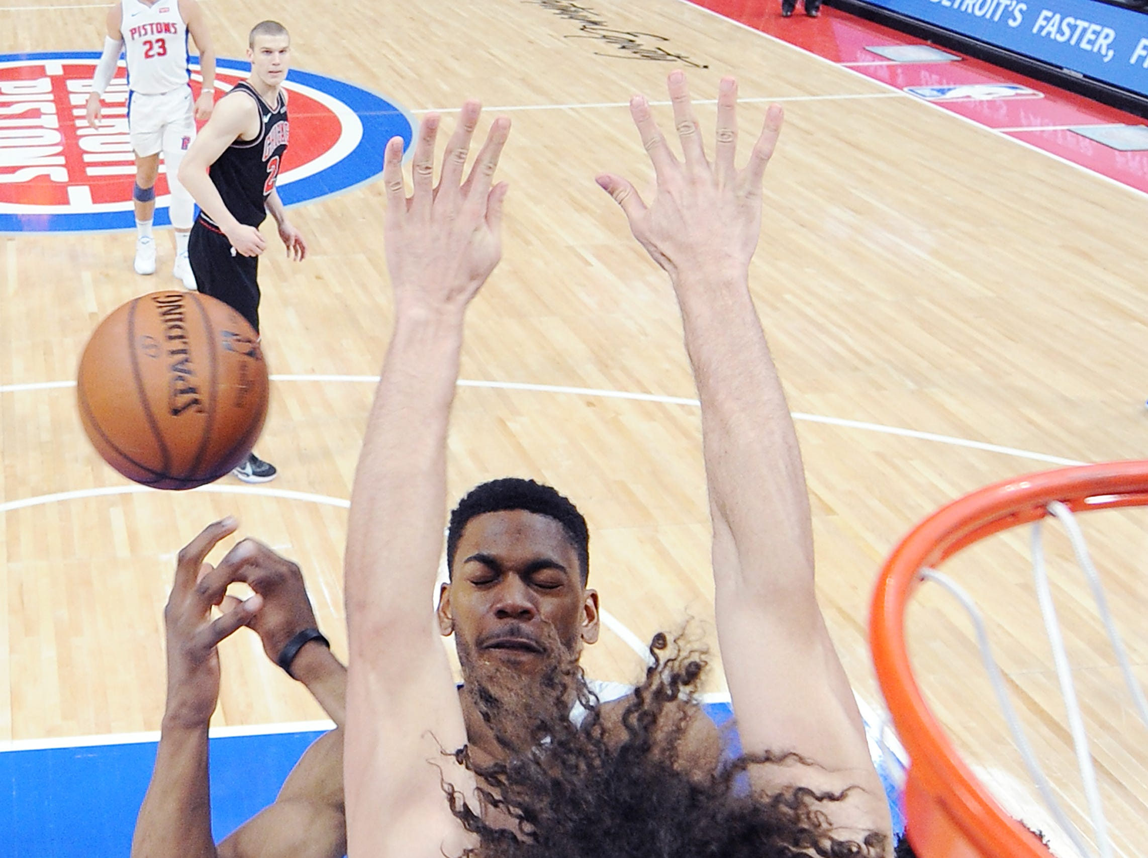 Pistons' Glenn Robinson III collides with Bulls' Robin Lopez in the first quarter.