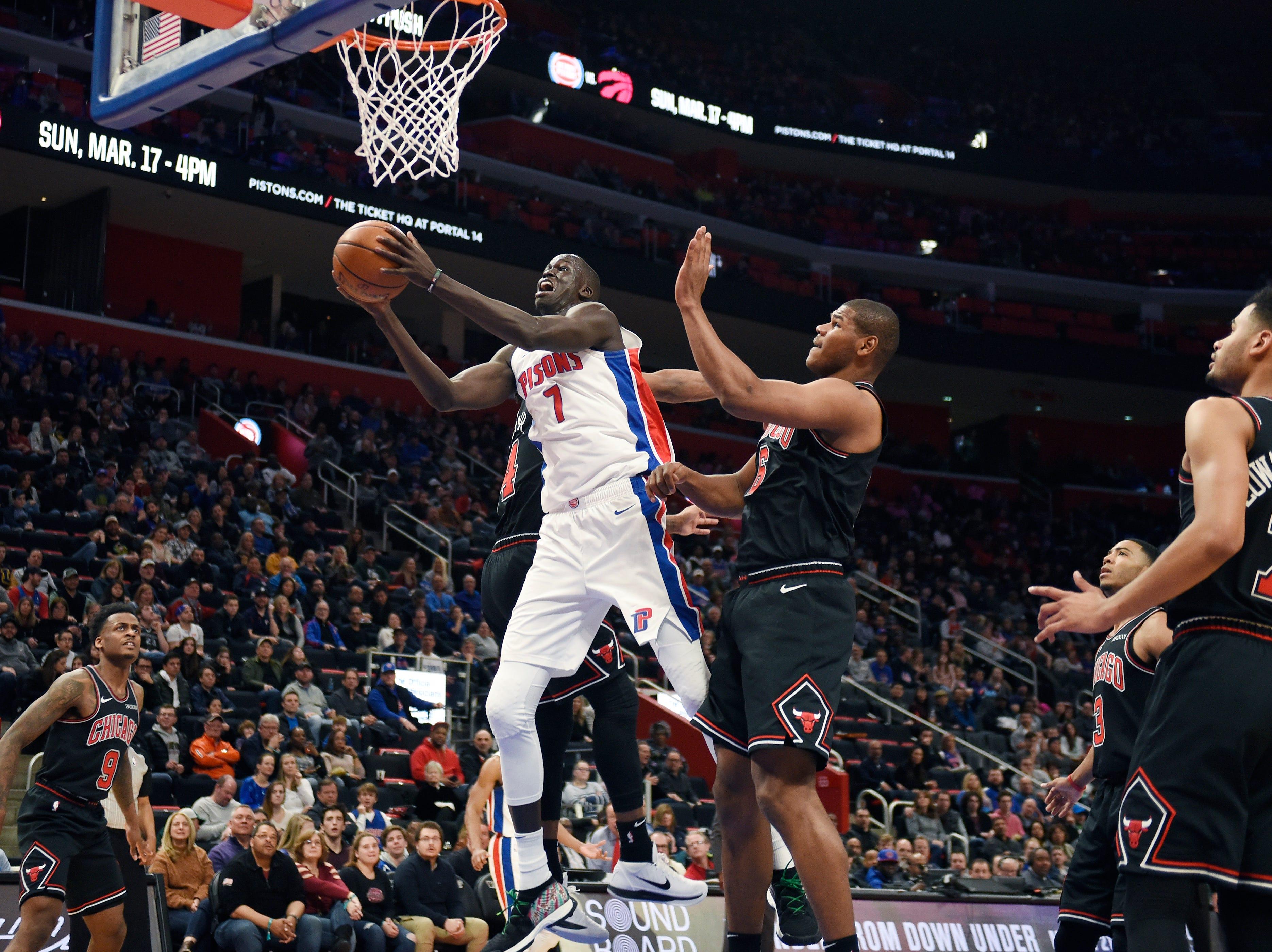 Pistons' Thon Maker shoots over Bulls' Cristiano Felicio in the fourth quarter.