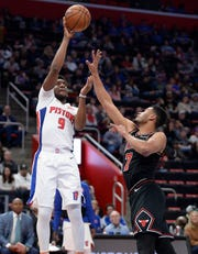 The Pistons' Langston Galloway scores over the Bulls' Timothe Luwawu-Cabarrot in the fourth quarter.