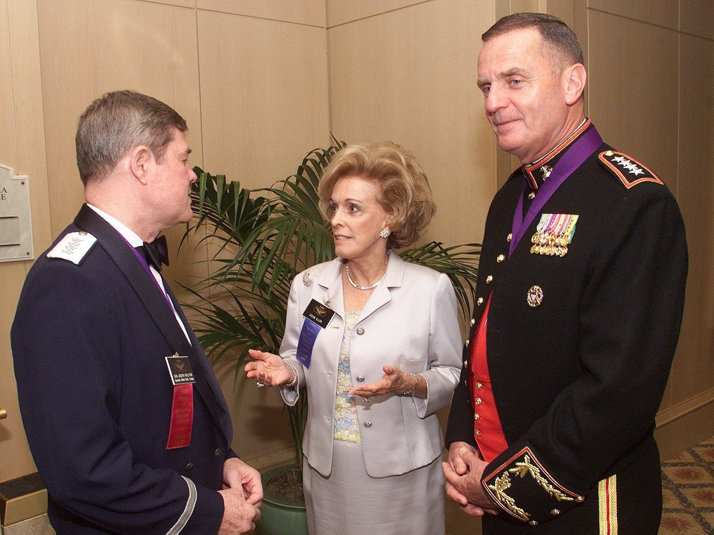 Steve Eller (center) talks with Gen. Joe Ralston (left), the Supreme Allied Commander, Europe, and Gen. Jim Jones, the Commandant of the Marine Corps, at a VIP gathering before the American Academy banquet at the Phoenician resort on July 17, 2000.