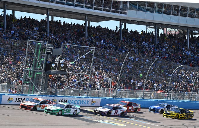 AVONDALE, AZ - MARCH 10:  Ryan Blaney, driver of the #12 MoneyLion Ford, and Chase Elliott, driver of the #9 Hooters Chevrolet, take the green flag to start the Monster Energy NASCAR Cup Series TicketGuardian 500 at ISM Raceway on March 10, 2019 in Avondale, Arizona.  (Photo by Stacy Revere/Getty Images)