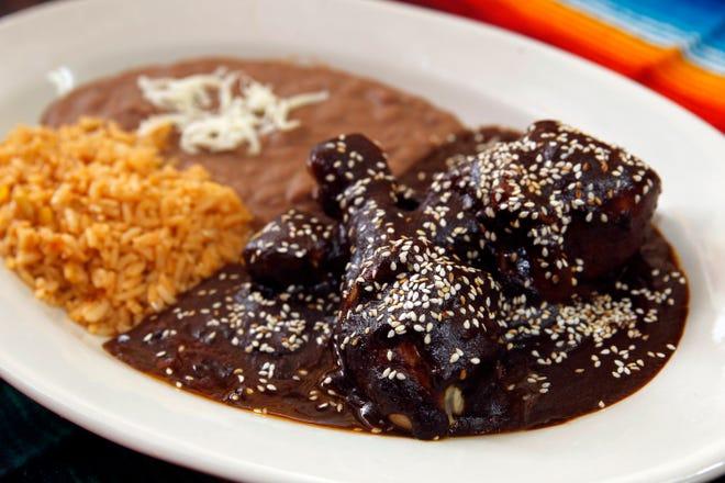El mole es una salsa espesa hecha con pimiento picante y especias y, a menudo, se sirve sobre pollo.
