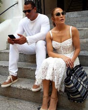 José Canseco, ex beisbolista, reveló que Alex Rodriguez le fue infiel a Jennifer López, a unos días de que la pareja anunció su compromiso.