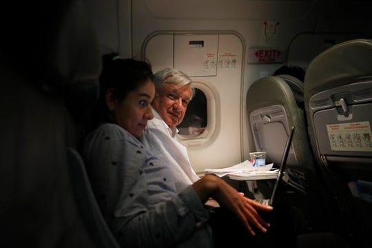 AMLO durante uno de sus traslados en vuelos comerciales.