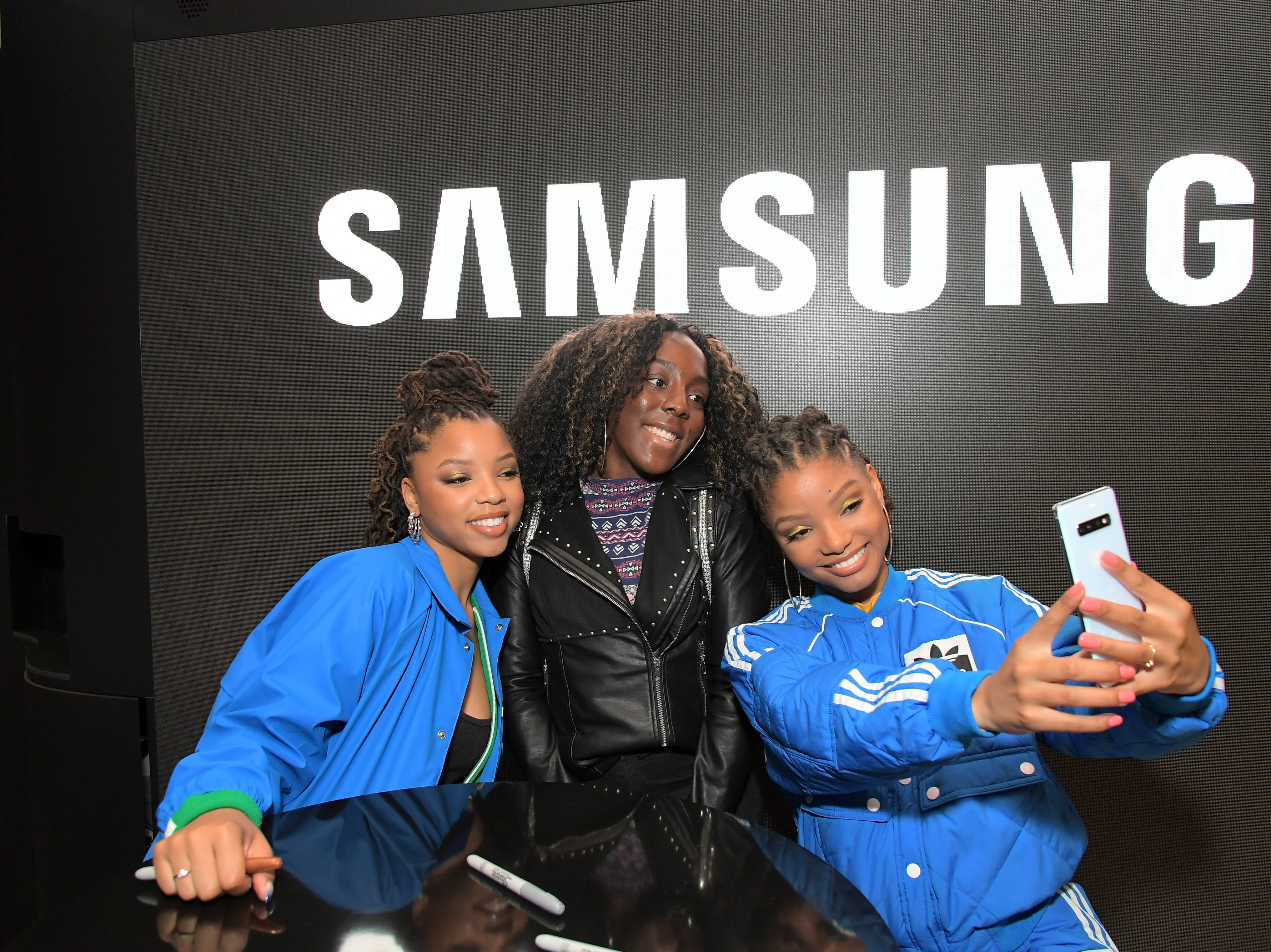 GLENDALE, CA - FEBRUARY 20:  Samsung fans pose for a selfie with Chloe x Halle using the all-new Samsung Galaxy S10+ at the Samsung Experience Store at The Americana at Brand on February 20, 2019 in Glendale, California.  (Photo by Charley Gallay/Getty Images for Samsung) ORG XMIT: 775301908 ORIG FILE ID: 1126606992
