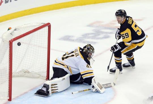 Pittsburgh Penguins left wing Jake Guentzel (59) scores a goal against Boston Bruins goaltender Jaroslav Halak (41) during the second period at PPG PAINTS Arena.