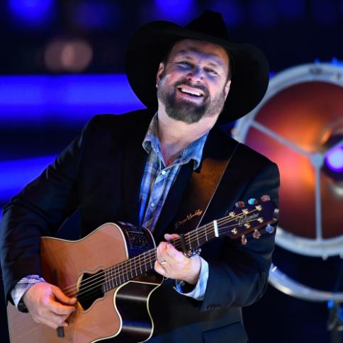 In front of 75,000 onlookers, Garth Brooks dedicates song to cancer-stricken Iowan