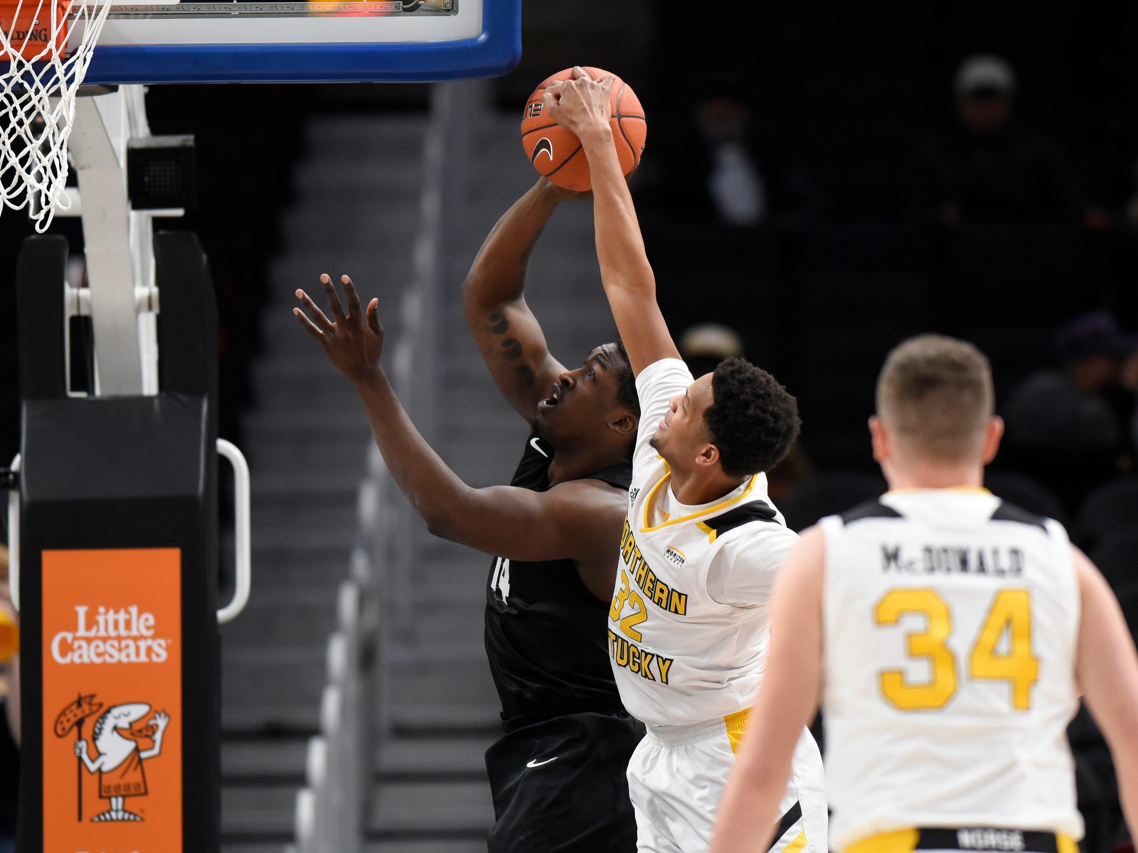 Northern Kentucky Norse forward Dantez Walton (32) blocks the shot of Oakland Golden Grizzlies forward Xavier Hill-Mais during the first half.