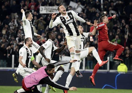 Jugadores de Juventus celebran su pase a Cuartos de Final de la Champions League.