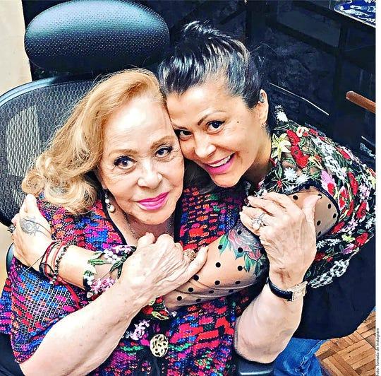Alejandra Guzmán (der.) junto a su madre Silvia Pinal.