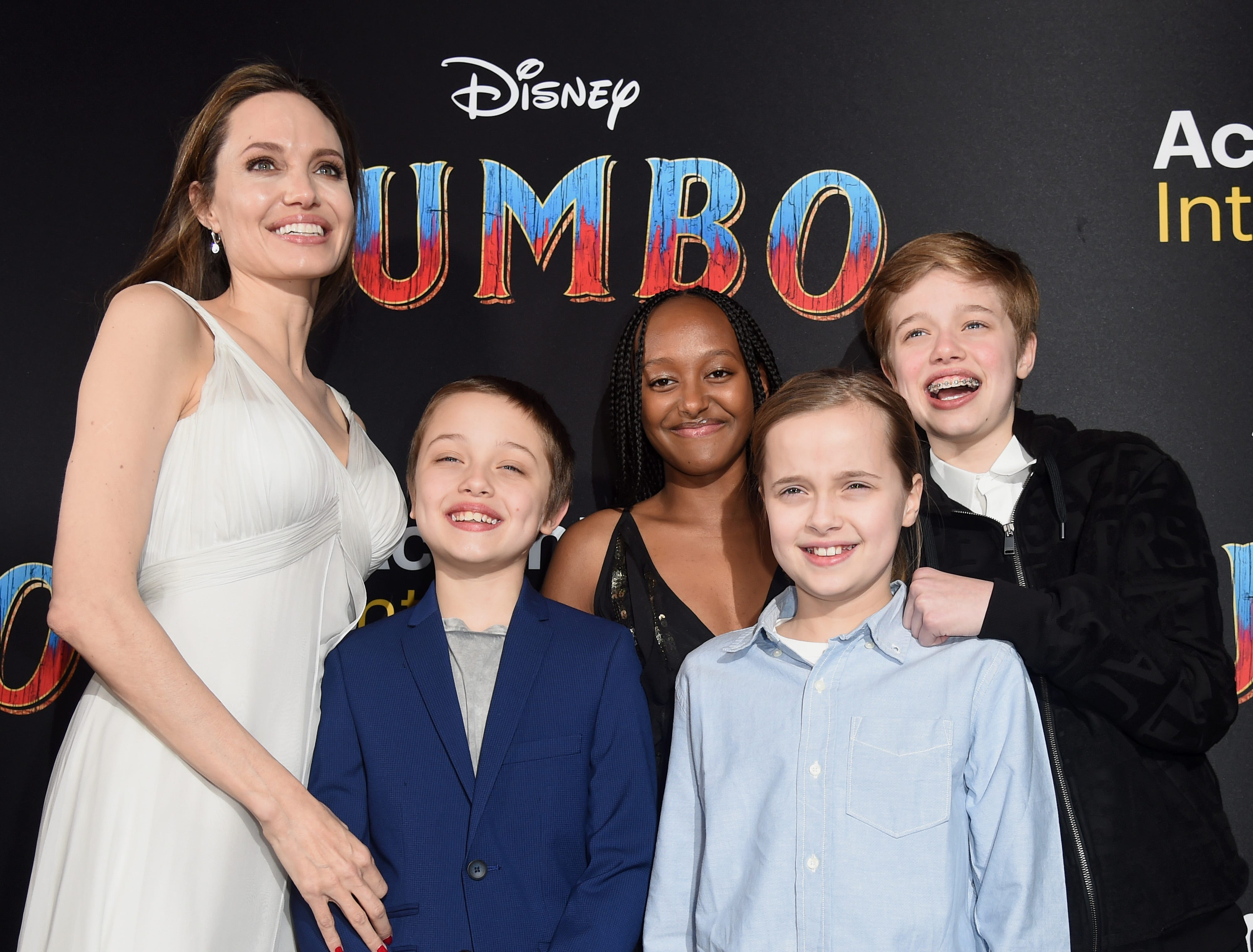 """LOS ANGELES, CALIFORNIA - MARCH 11: Angelina Jolie, Knox Leon Jolie-Pitt, Zahara Marley Jolie-Pitt, Vivienne Marcheline Jolie-Pitt, and Shiloh Nouvel Jolie-Pitt attend the premiere of Disney's """"Dumbo"""" at El Capitan Theatre on March 11, 2019 in Los Angeles, California. (Photo by Kevin Winter/Getty Images) ORG XMIT: 775305574 ORIG FILE ID: 1135223470"""