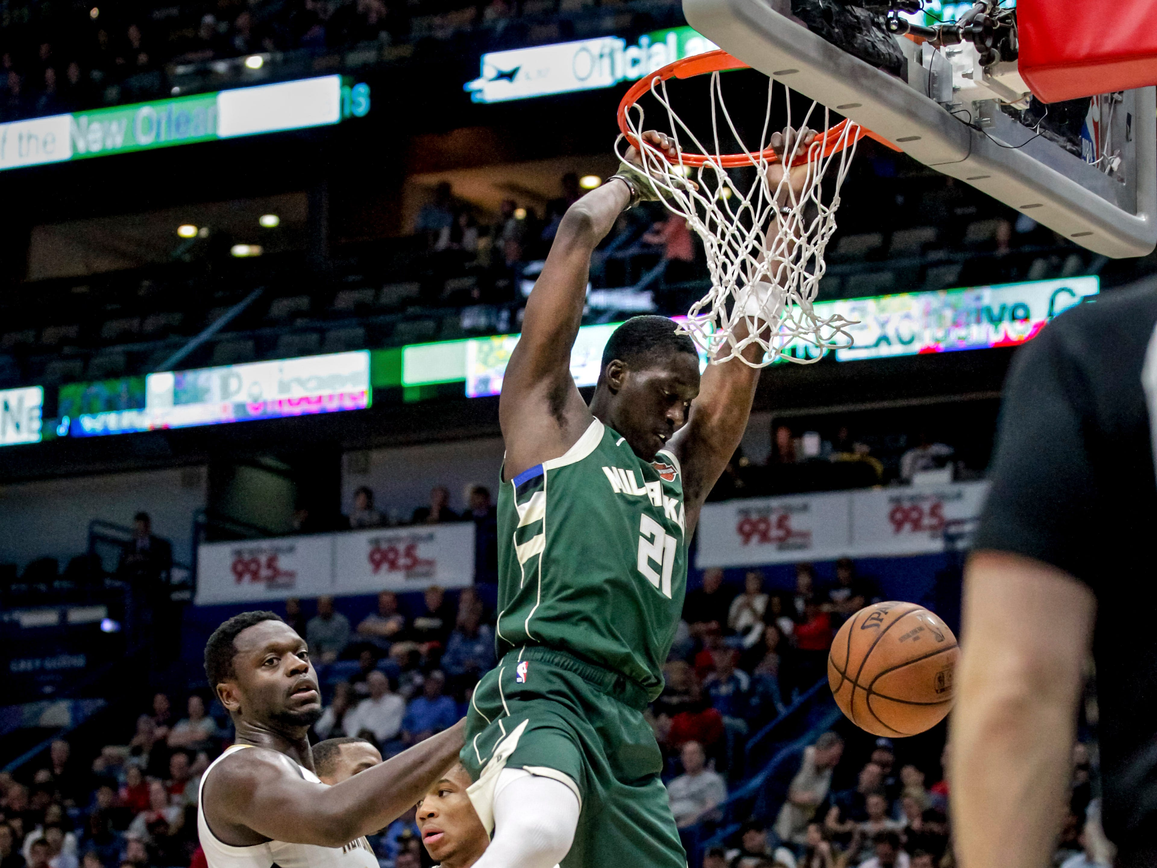 Bucks guard Tony Snell puts down a two-handed dunk against the Pelicans during the second half.