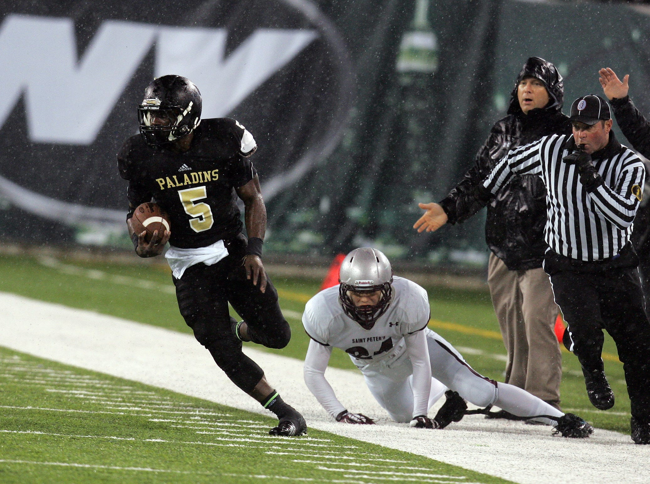 Paramus Catholic's Jabrill Peppers makes a run against St. Peters player #34 Chris Geissler in the first half, during State Championship game at met MetLife Stadium.
