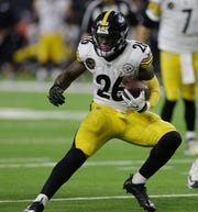 Le'Veon Bell #26 of the Pittsburgh Steelers runs for a 10 yard touchdown in the third quarter at NRG Stadium on December 25, 2017 in Houston, Texas.