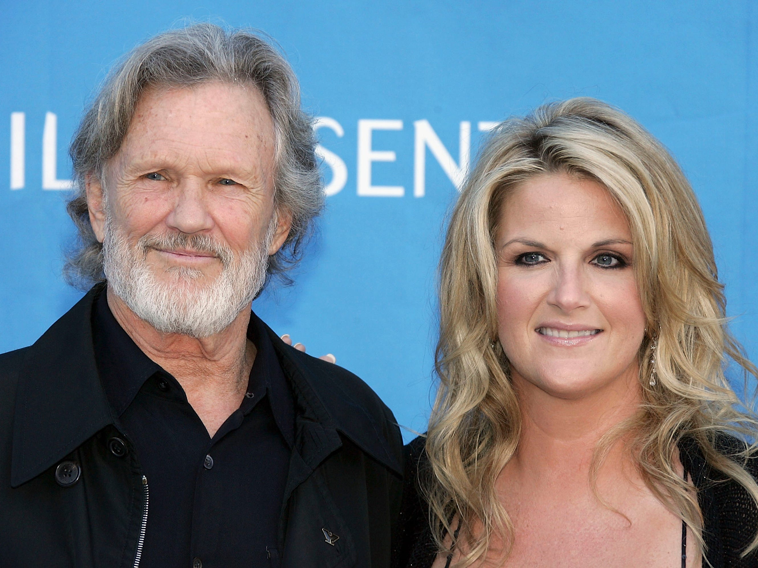 Kris Kristofferson poses with Trisha Yearwood, singer at the Hollywood Bowl for the Sixth Annual Hollywood Bowl Hall of Fame Induction Ceremony, on June 24, 2005, in Los Angeles, California.