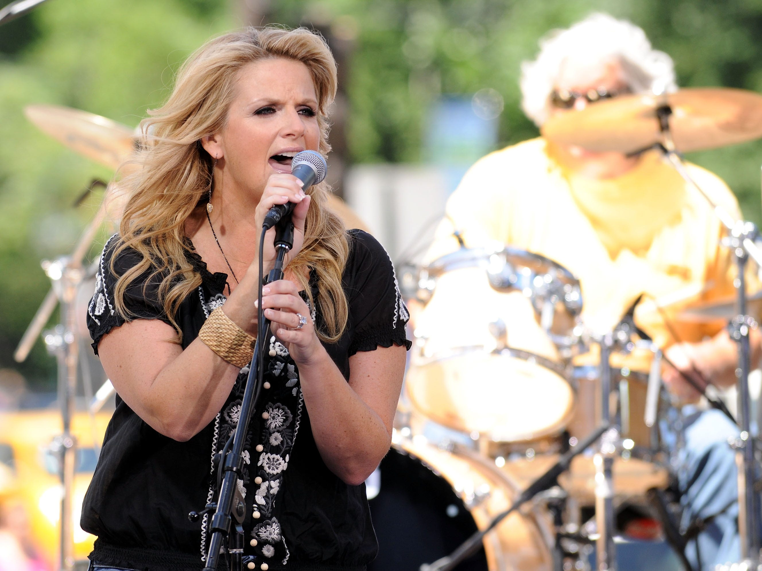 """Trisha Yearwood performs onstage during CBS' """"The Early Show"""" on June 12, 2008 at the CBS Studios Plaza in New York City.  (Photo by Bryan Bedder/Getty Images)"""
