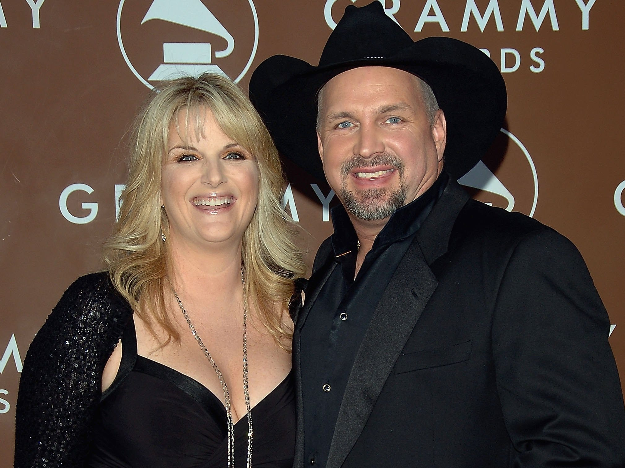 Trisha Yearwood and Singer Garth Brooks arrive at the 48th Annual Grammy Awards at the Staples Center on February 8, 2006 in Los Angeles, California.  (Photo by Stephen Shugerman/Getty Images)