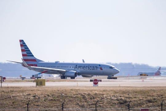 Un avión Boeing 737-800 de American Airlines aterriza este martes, en el aeropuerto nacional Ronald Reagan, en Arlington, Virginia.