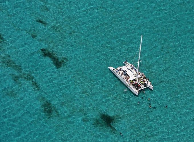 Ubicada en el extremo oeste de la isla Gran Caimán, esta playa ofrece alrededor de 10 kilómetros de arena blanca.