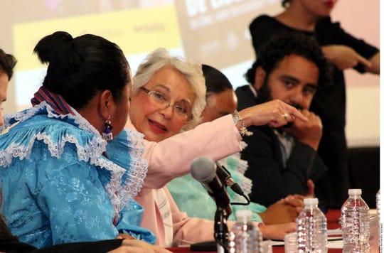 Olga Sánchez (centro), titular de la Secretaría de Gobernación, reveló que cuando ella procesó el caso de las tres indígenas acusadas de secuestrar a seis agentes federales, un subprocurador acudió a defender las acusaciones en contra de las mujeres.