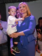Kate Gallego celebra junto a su hijo.
