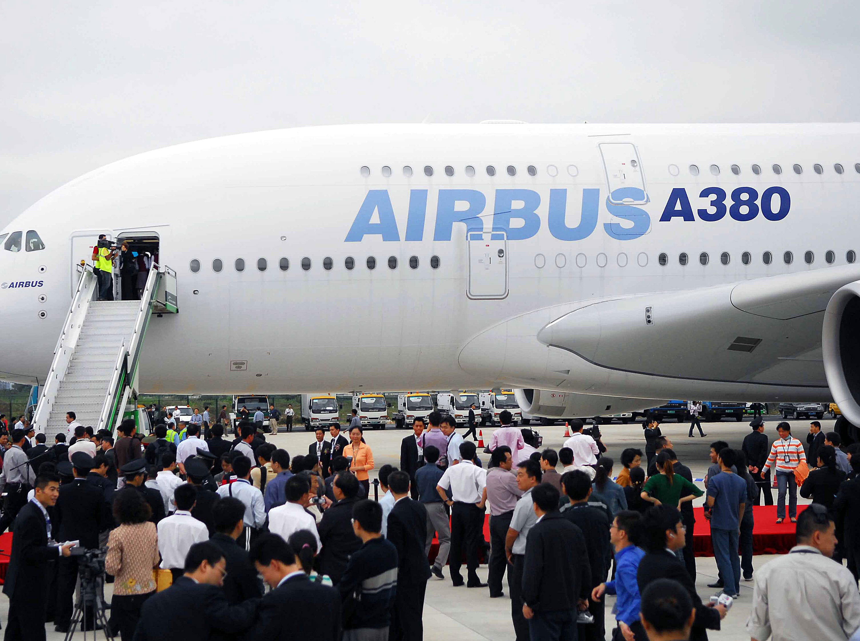 Chinese officials and guests gather around the new Airbus superjumbo A380 which landed at Guangzhou Baiyun airport, the first stop on mainland China, in Guangzhou, southern China's Guangdong province 22 November 2006.  The jet will leave for Beijing on 23 November and then head to Shanghai for an overnight stopover, before embarking on its final leg which will involve trips over the South and North Poles and stops in South Africa, Australia and Canada.        CHINA OUT  GETTY OUT      AFP PHOTO  (Photo credit should read STR/AFP/Getty Images) ORG XMIT: BEJ99