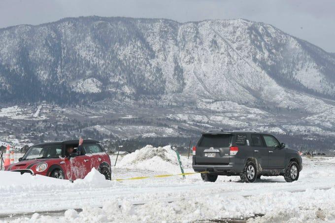 Keith Sparks le señala a su amigo, Steve Behrends, que su auto estaba en marcha. Sparks abandonó su automóvil en una carretera exterior a la I-25 cerca de Monument, Colorado, durante la tormenta del miércoles y regresó a buscarlo el jueves 14 de marzo de 2019. Una tormenta de nieve que paralizó partes de Colorado y Wyoming se precipitó hacia el medio oeste el jueves.