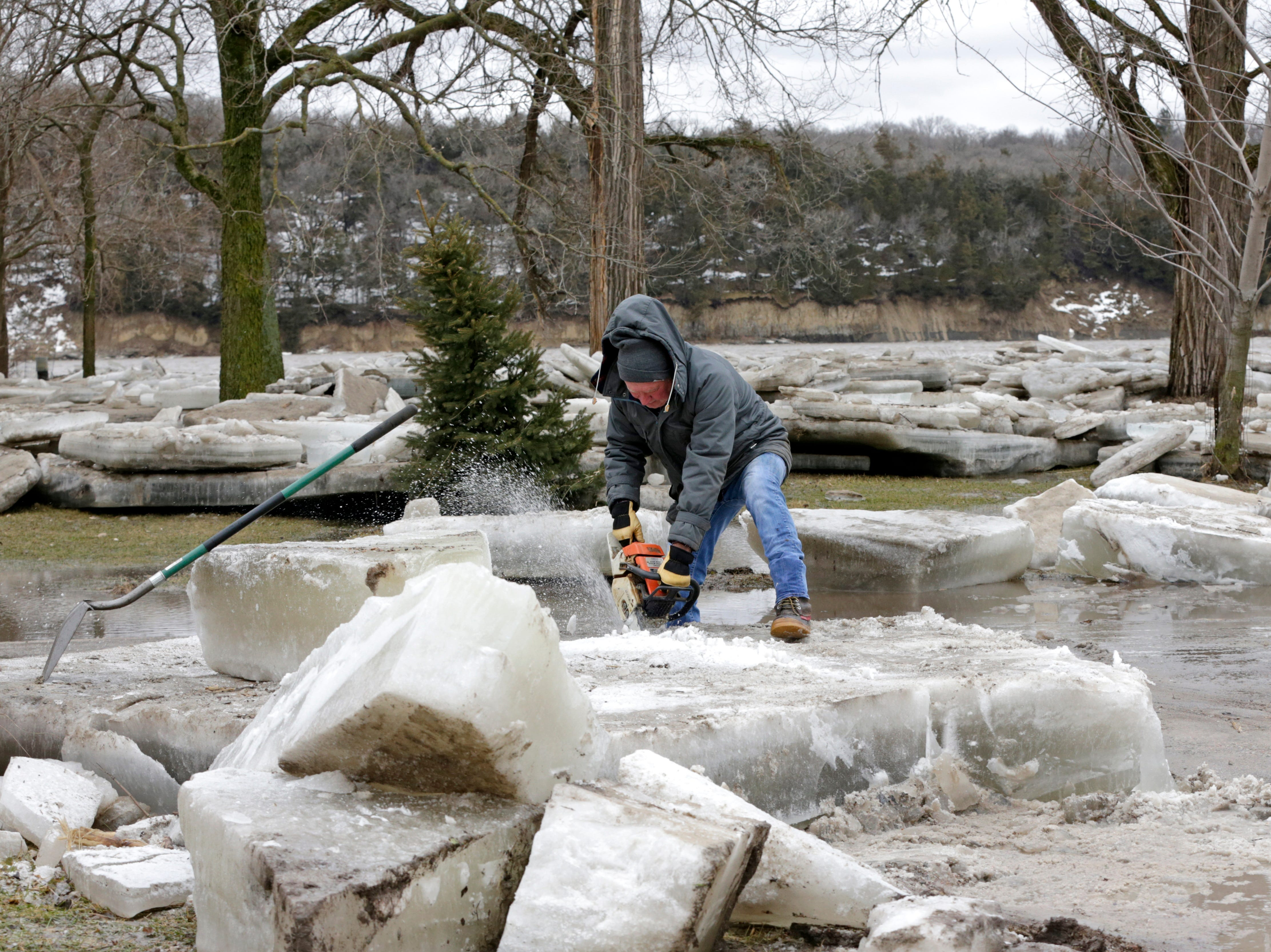 Jim Freeman intenta ver a través de gruesos bloques de hielo en su propiedad en Fremont, Nebraska, el jueves 14 de marzo de 2019, después de que el río Platte cubierto de hielo inundara sus orillas. Se han producido evacuaciones forzadas por inundaciones en varias comunidades del este de Nebraska.