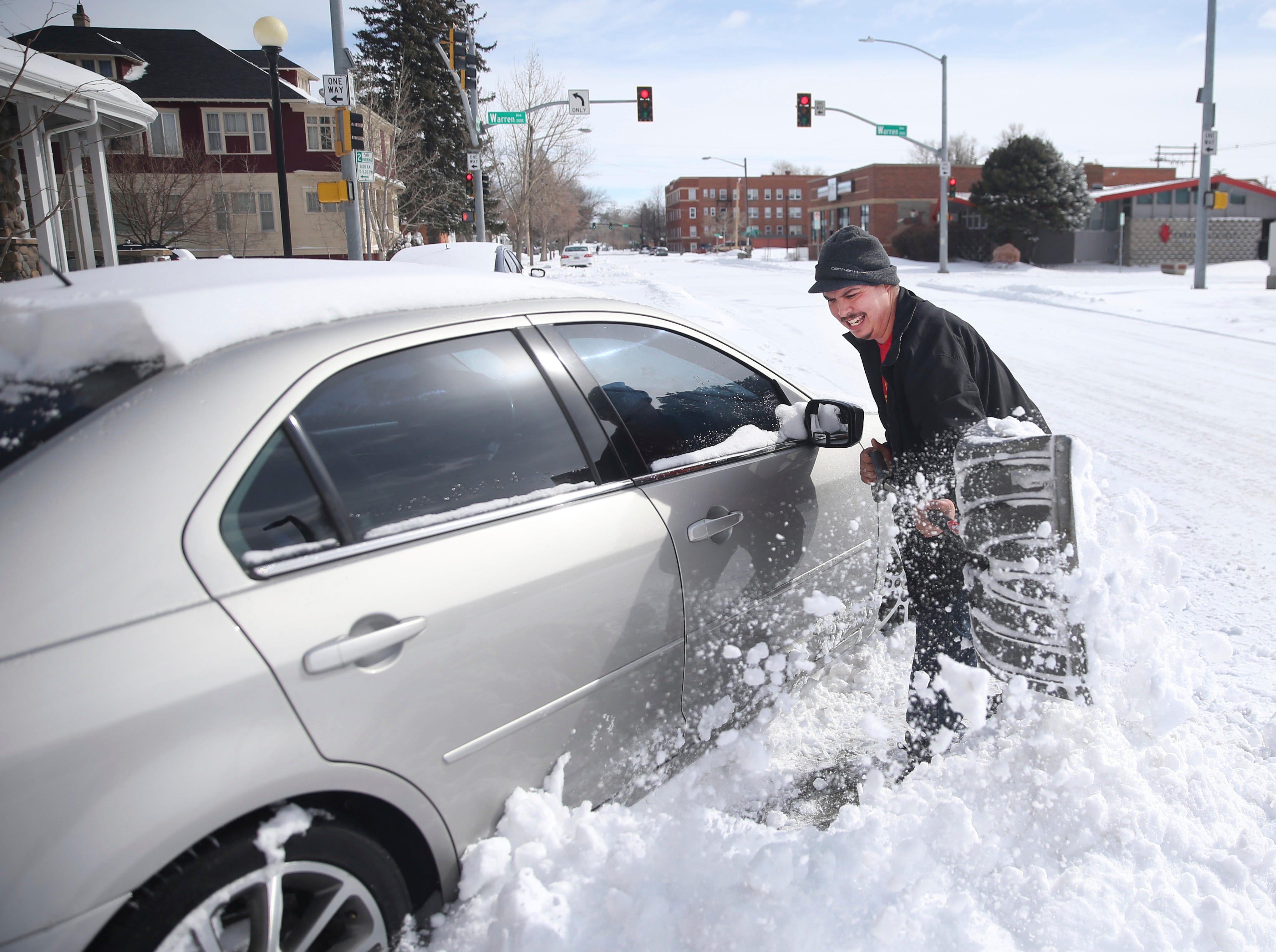 Michael Burris usa una pala de nieve prestada para excavar su vehículo después de una tormenta de nieve el jueves 14 de marzo de 2019, en Cheyenne, Wyo. Según el Servicio Nacional de Meteorología, 14.6 pulgadas de nieve cayeron sobre la ciudad, con el máximo viento Velocidades de reloj por encima de 60 millas por hora.
