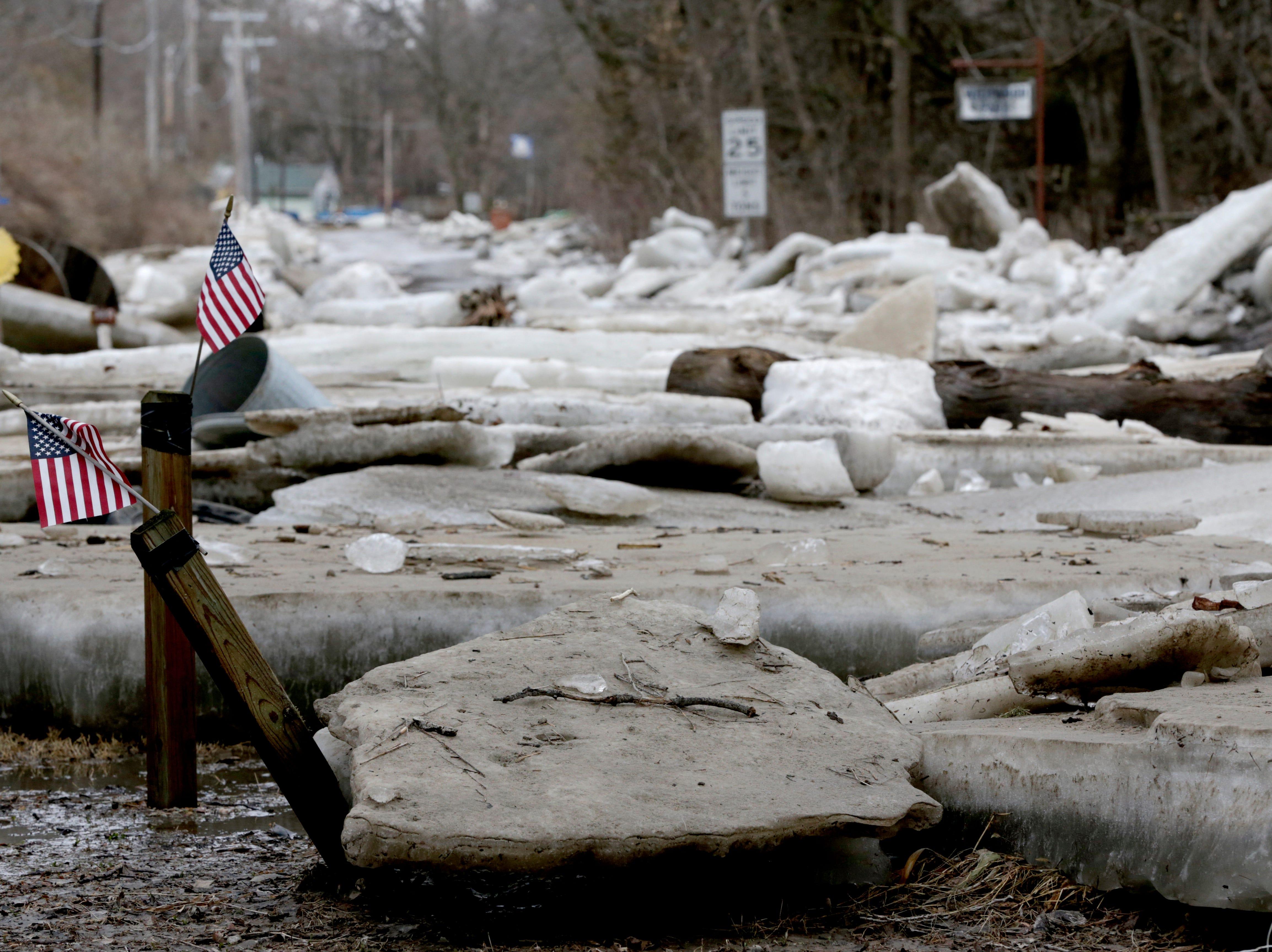 Placas de hielo gruesas, patios de basura y caminos en Fremont, Nebraska, el jueves 14 de marzo de 2019, después de que el río Platte cubierto de hielo inundara sus orillas. Se han producido evacuaciones forzadas por inundaciones en varias comunidades del este de Nebraska.