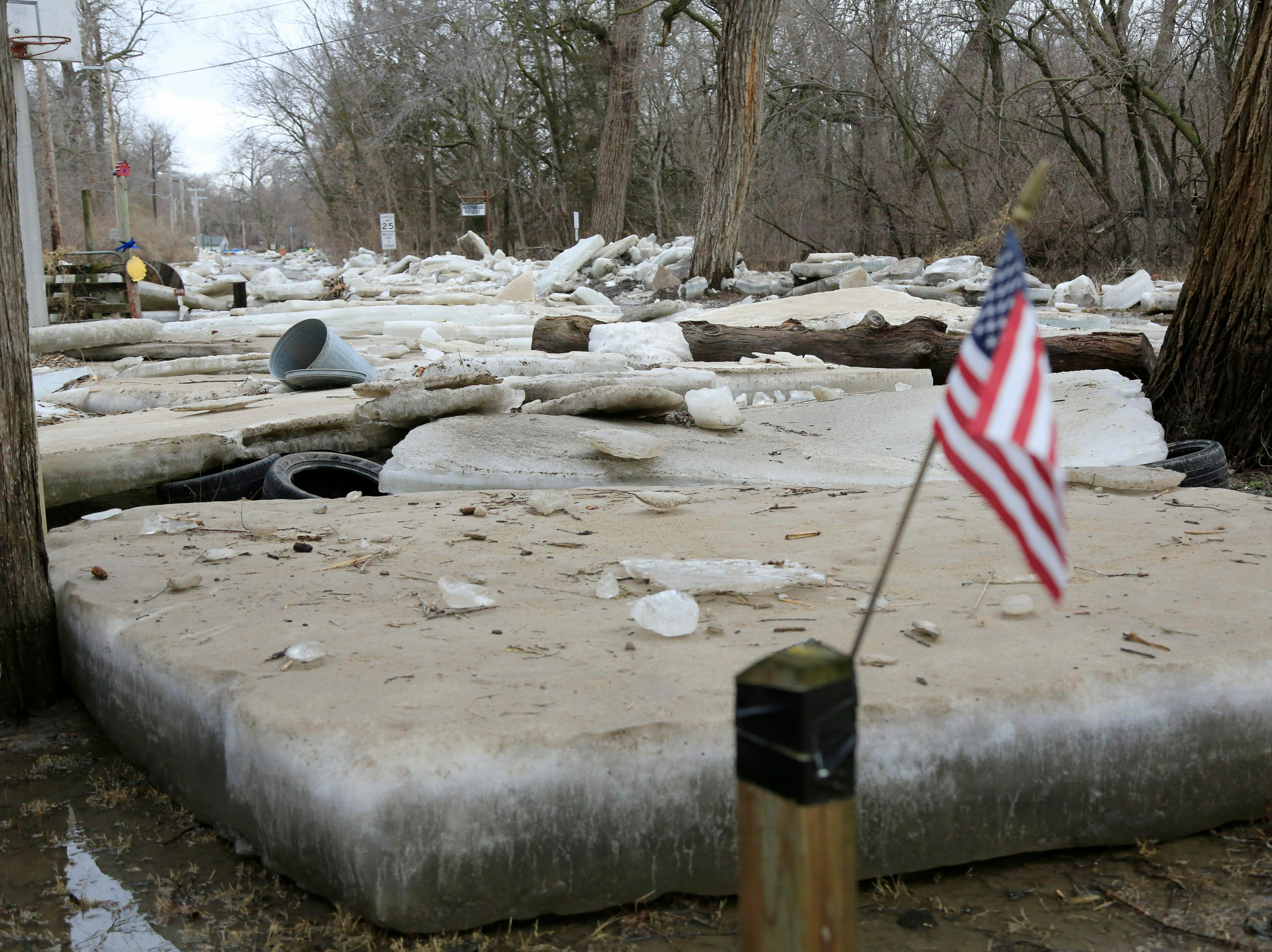 Las heladas de hielo gruesas se quedan en Fremont, Nebraska, el jueves 14 de marzo de 2019, después de que el río Platte cubierto de hielo inundara sus orillas. Se han producido evacuaciones forzadas por inundaciones en varias comunidades del este de Nebraska.