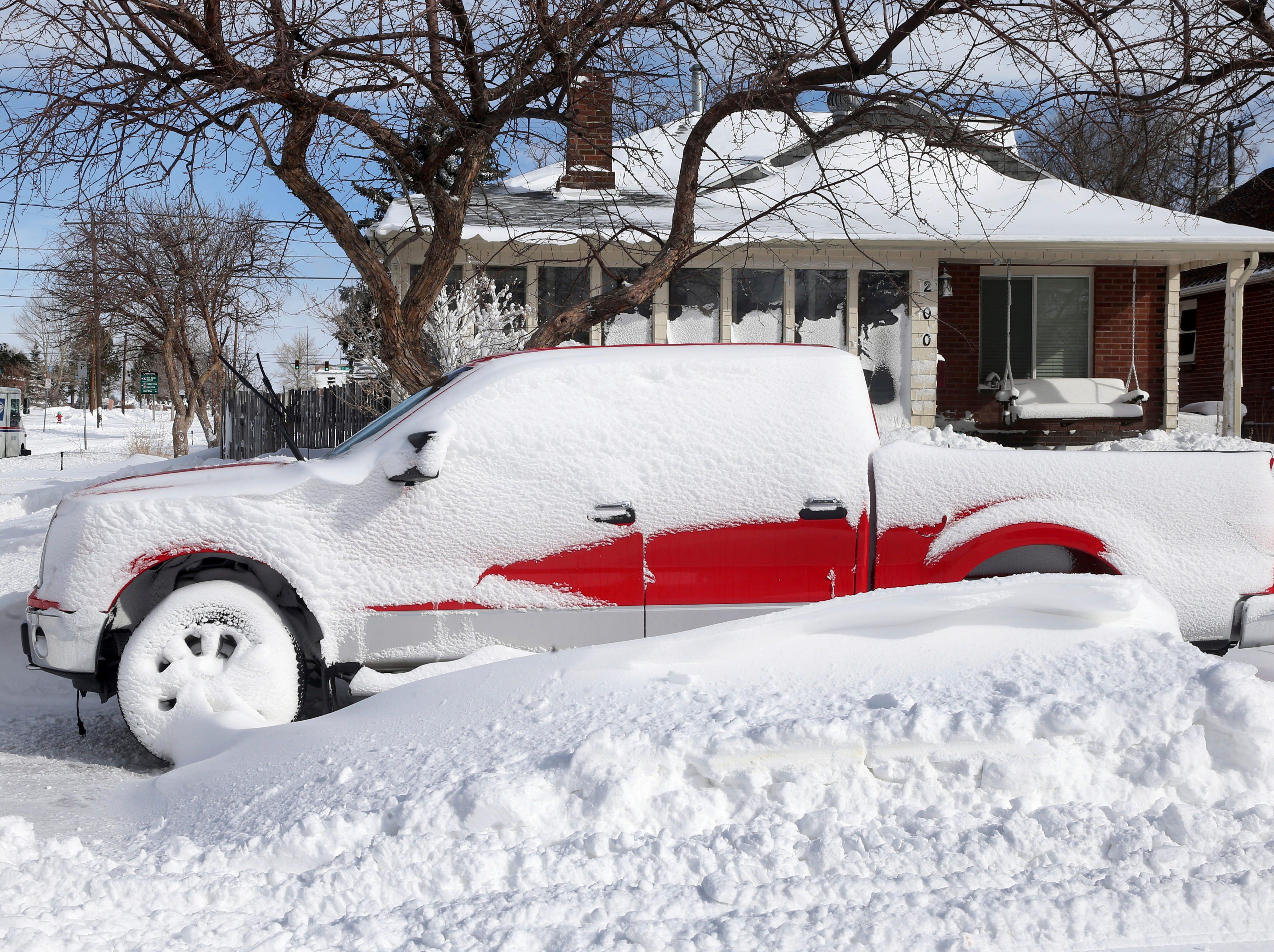 Después de una tormenta de nieve el jueves 14 de marzo de 2019, en Cheyenne, Wyo, una nevada llega a la parte superior de la rueda de un camión. Partes de Colorado y Wyoming permanecen paralizadas como consecuencia de una gran ventisca de fines de invierno que se extendió por los dos estados antes de entrar en el medio oeste.