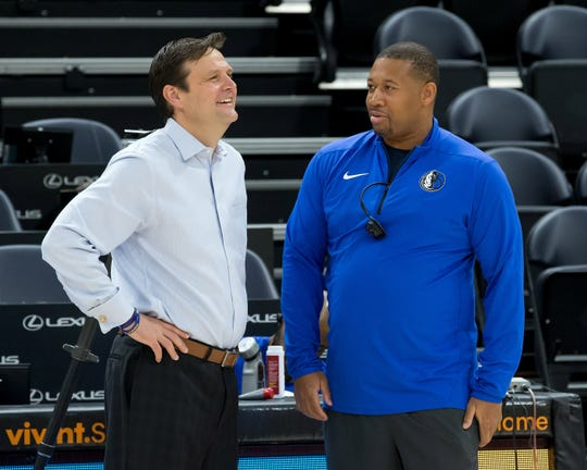 Utah Jazz general manager Dennis Lindsey talks with then-Dallas Mavericks assistant coach Melvin Hunt in 2017.