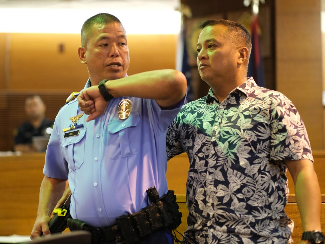 Sgt. Carl Cruz, Guam Police Department, demonstrates how he hit the person behind him to the jury in trial of former Lt. Gov. Ray Tenorio on March 15, 2019.