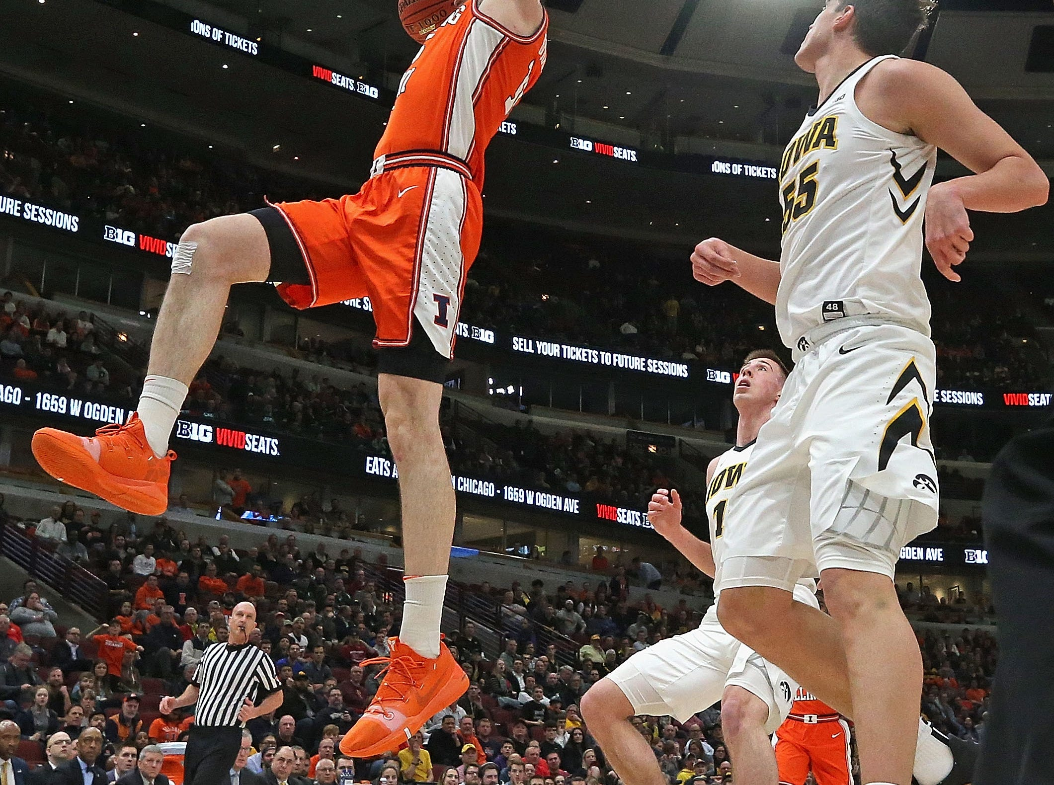 CHICAGO, ILLINOIS - MARCH 14: Giorgi Bezhanishvili #15 of the Illinois Fighting Illini dunks over Luka Garza #55 of the Iowa Hawkeyes at the United Center on March 14, 2019 in Chicago, Illinois.  (Photo by Jonathan Daniel/Getty Images)