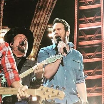 Garth Brooks sang with Chris Pratt during iHeartRadio Music Awards