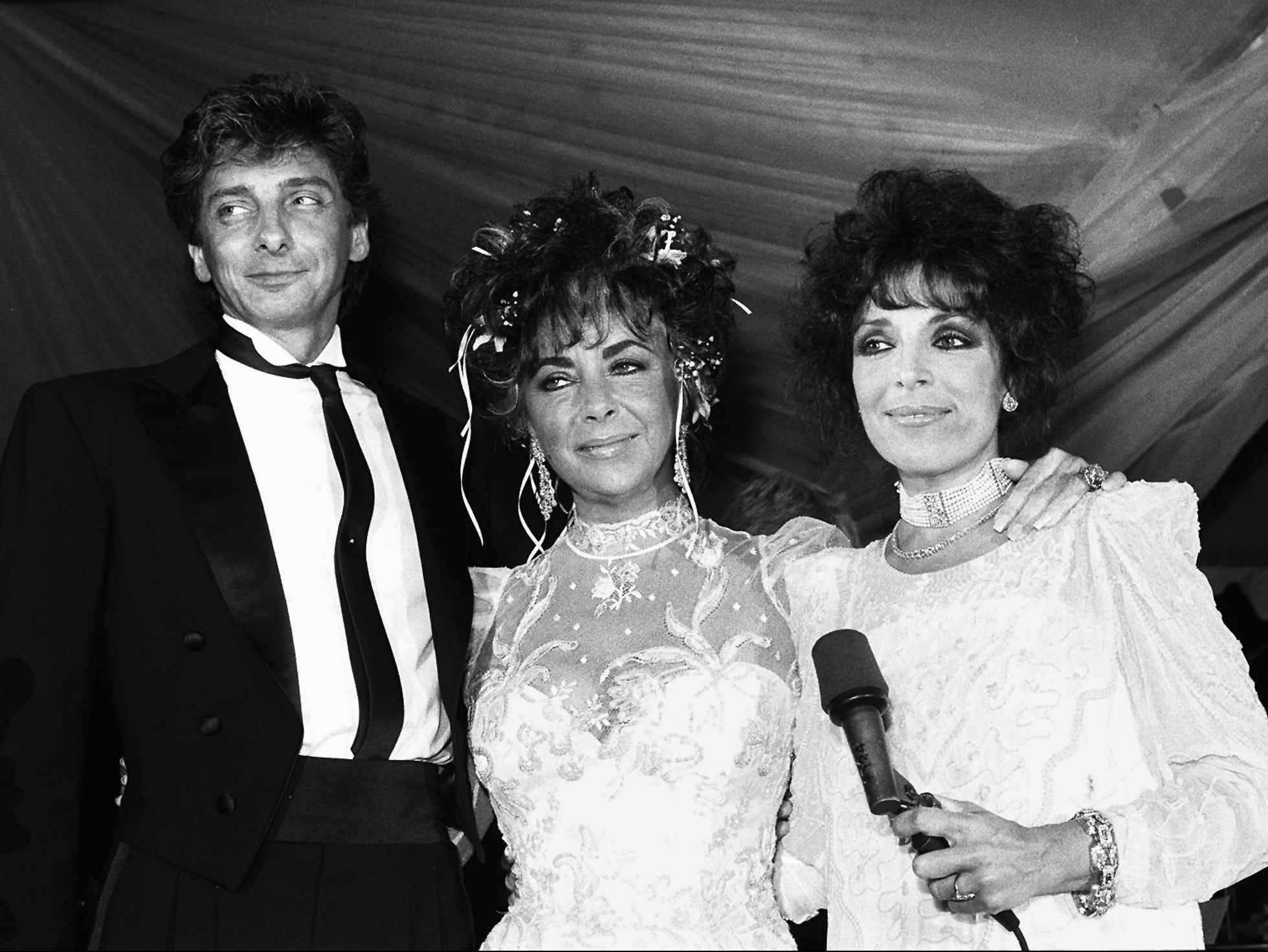 Barry Manilow, Elizabeth Taylor (center) and Carole Bayer Sager attend a fundraiser for the American Foundation for AIDS research in Los Angeles July 25, 1986.