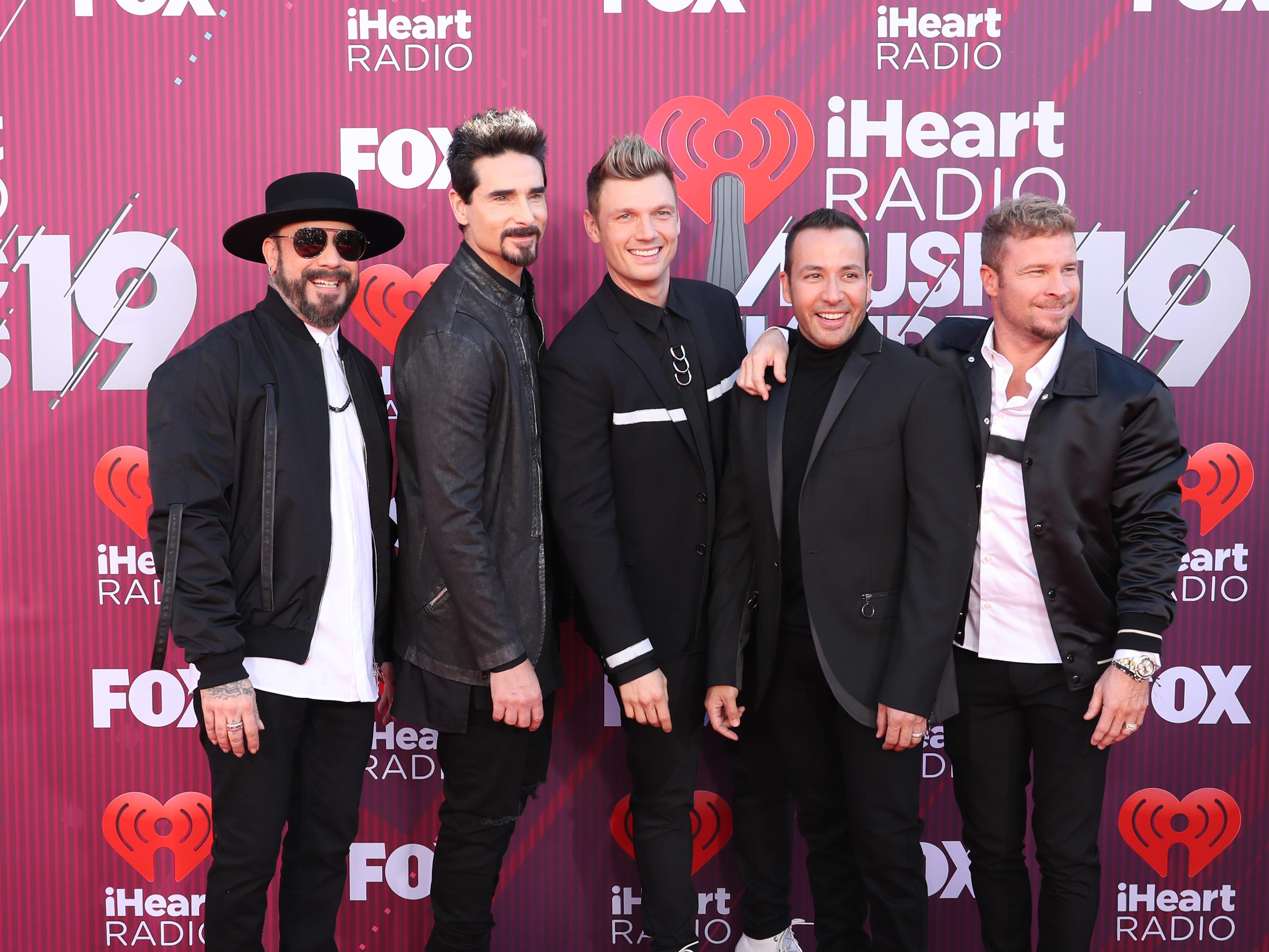 AJ McLean, Kevin Richardson, Nick Carter, Howie Dorough, y Brian Littrell deBackstreet Boys a su llegada a los premios iHeart Radio Music Awards en 2019 el 14 de marzo de 2019 en Los Angeles, California.