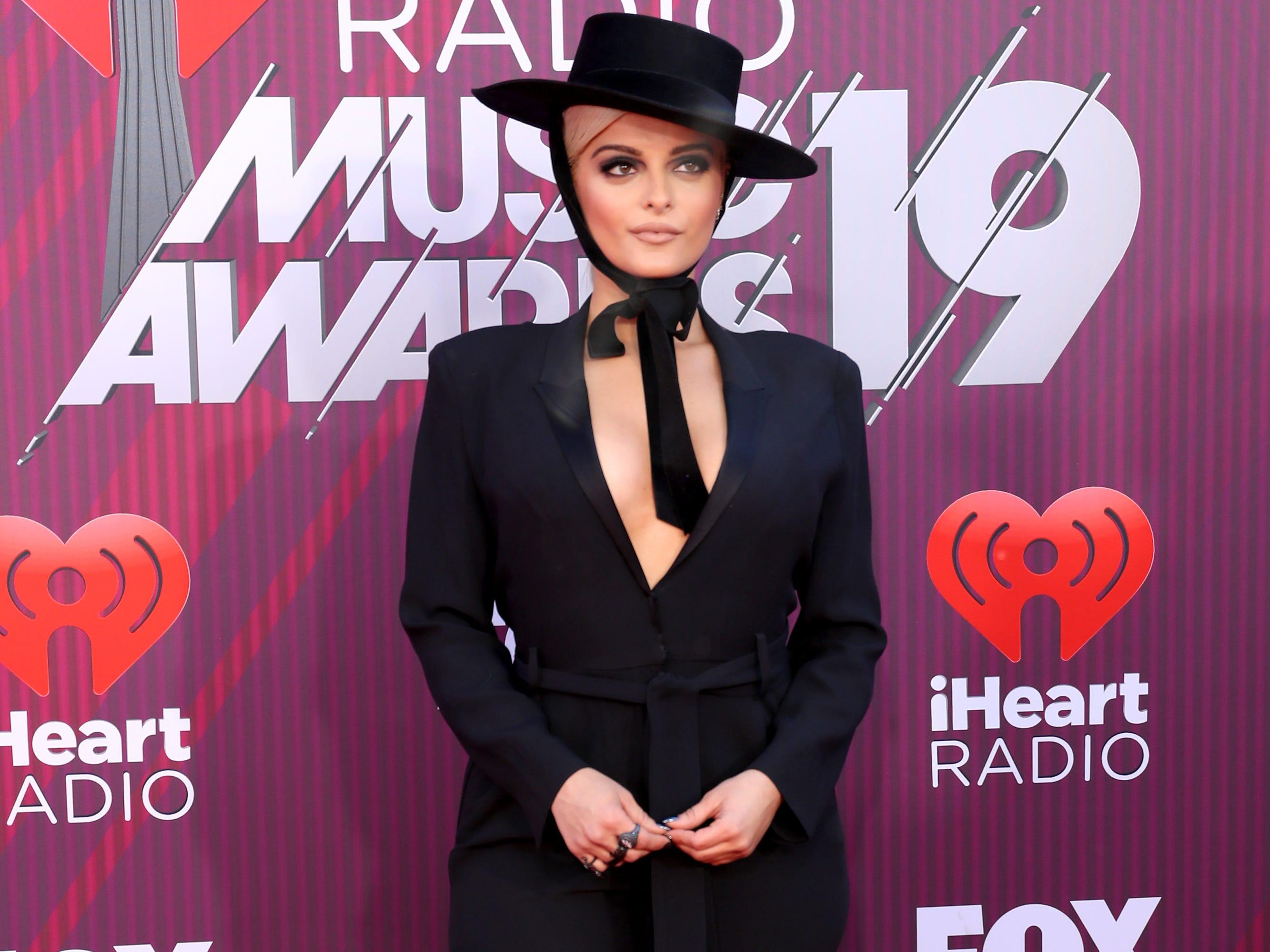 Bebe Rexha a su llegada a los premios iHeart Radio Music Awards en 2019 el 14 de marzo de 2019 en Los Angeles, California.