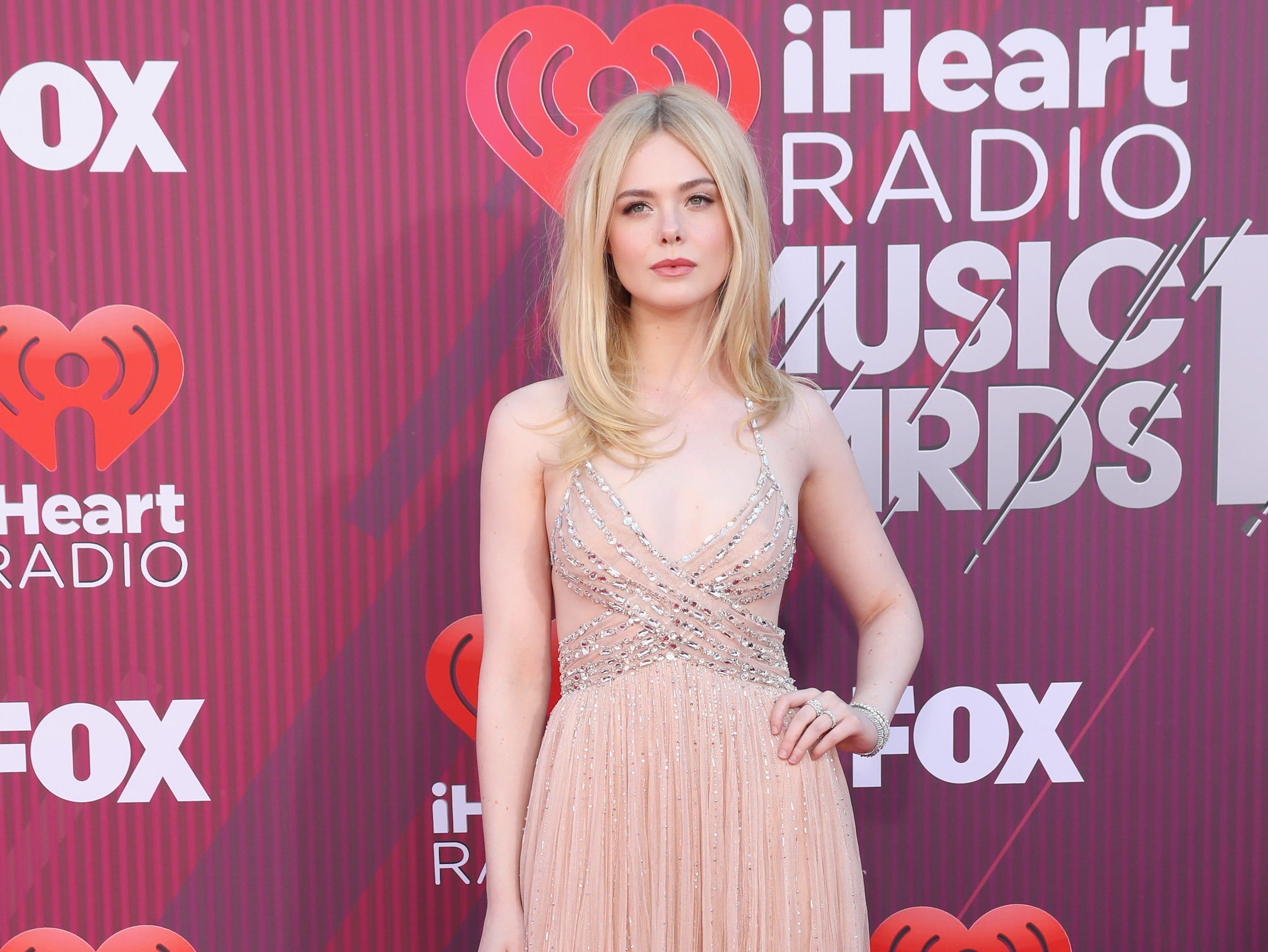 Elle Fanning a su llegada a los premios iHeart Radio Music Awards en 2019 el 14 de marzo de 2019 en Los Angeles, California.