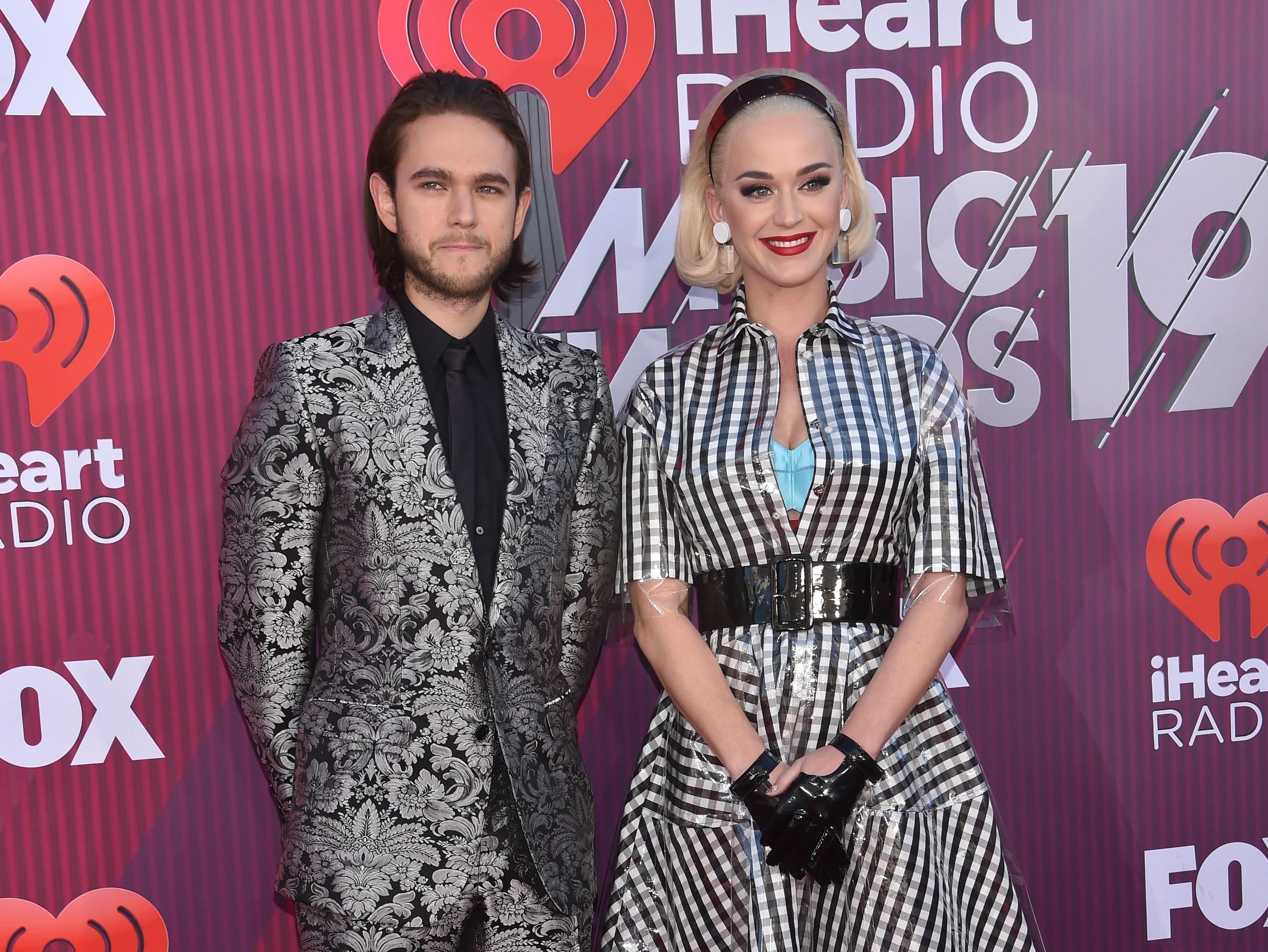 Katy Perry (der) y Zedd a su llegada a los premios iHeart Radio Music Awards en 2019 el 14 de marzo de 2019 en Los Angeles, California.