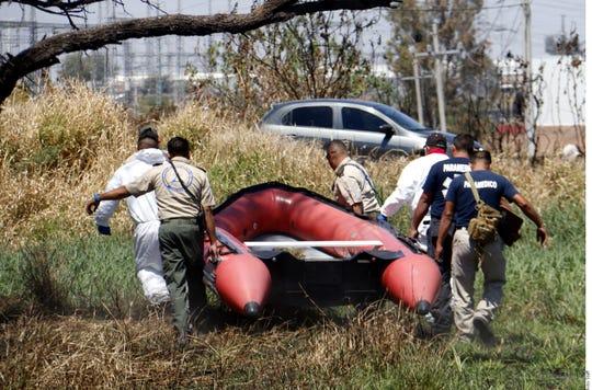 La Policía halló las bolsas flotando en las aguas negras en un canal que es un ramificación del Río Santiago, en Jalisco.