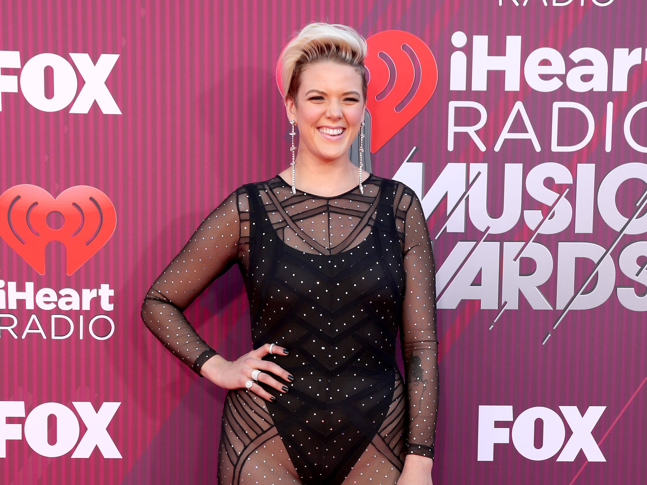 Betty Who a su llegada a los premios iHeart Radio Music Awards en 2019 el 14 de marzo de 2019 en Los Angeles, California.