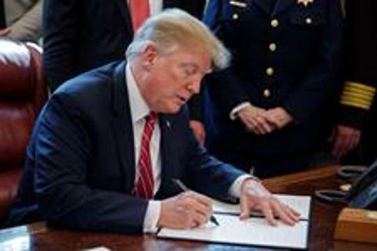 Donald Trump firma veto a la resolución del Congreso contra su emergencia nacional