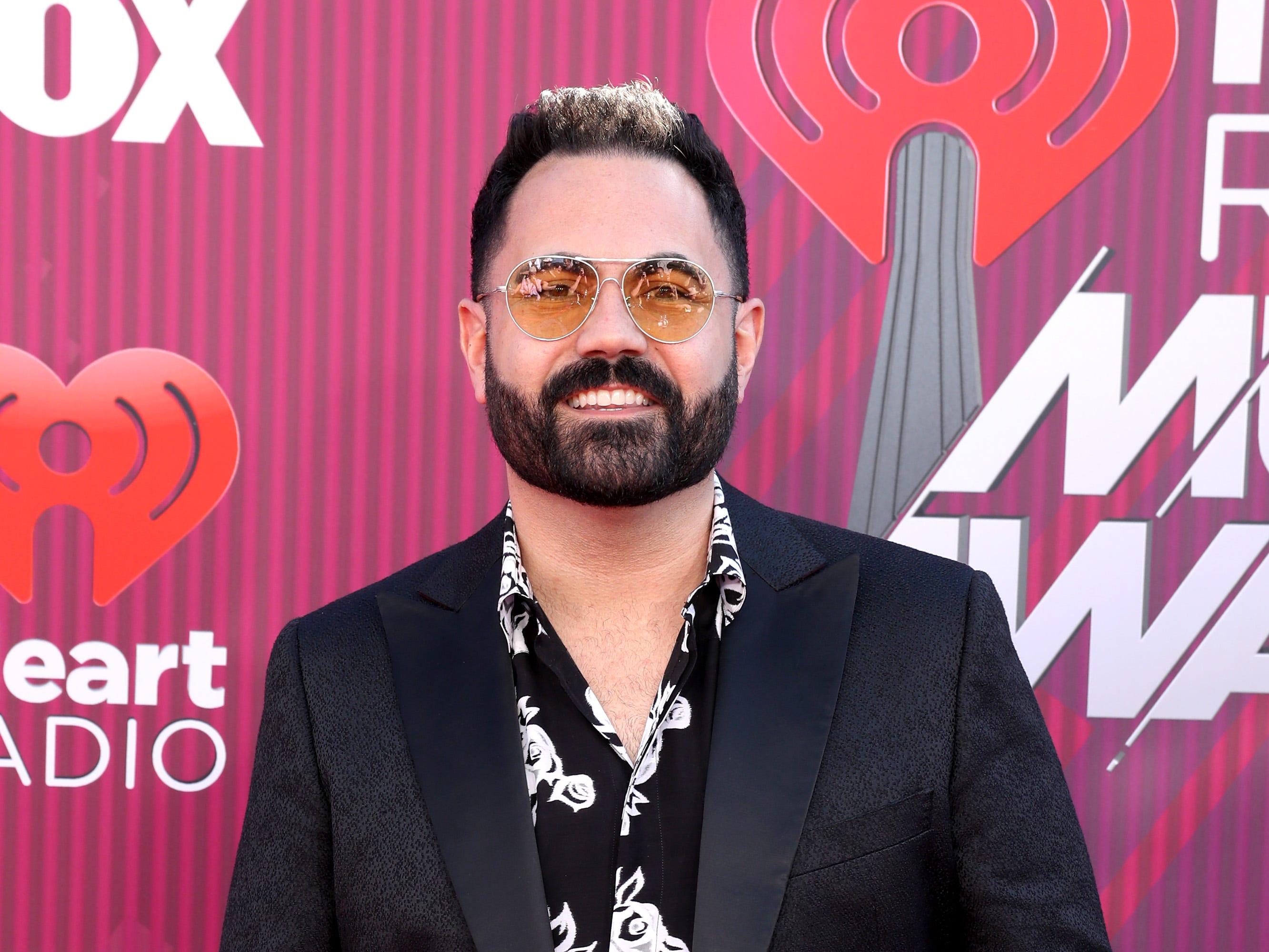 Enrique Santos a su llegada a los premios iHeart Radio Music Awards en 2019 el 14 de marzo de 2019 en Los Angeles, California.